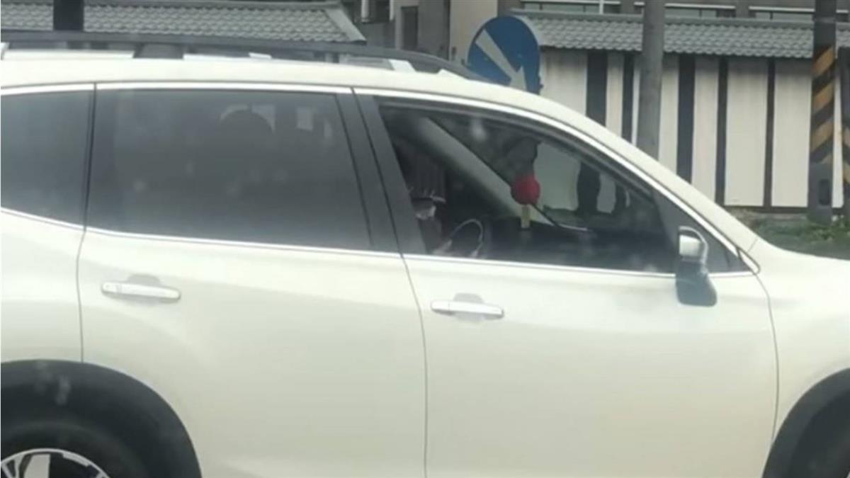 白車停路中央!駕駛低頭狂X網看傻眼