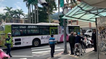 快訊/公車轉彎撞路人!婦遭捲車底四肢骨折