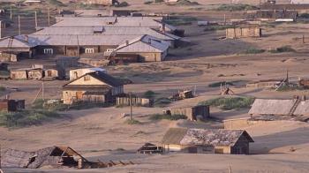 逐漸被活埋的小鎮 居民只能從屋頂進出