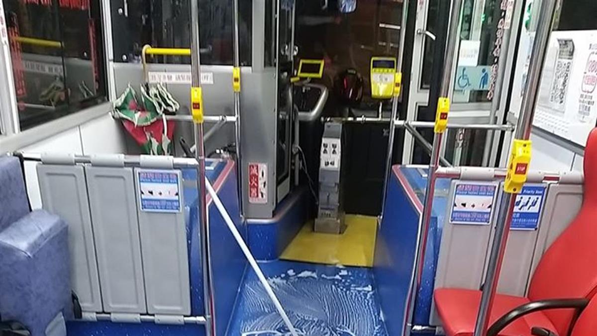神秘人公車打翻飲料 司機不計薪加班2hr氣炸