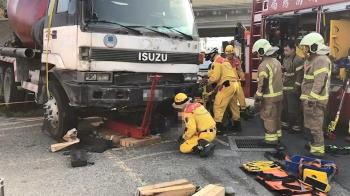 台南水泥車擦撞機車釀4傷 1騎士命危