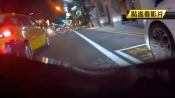 不滿騎士占內線車道 小黃惡意逼車擦撞