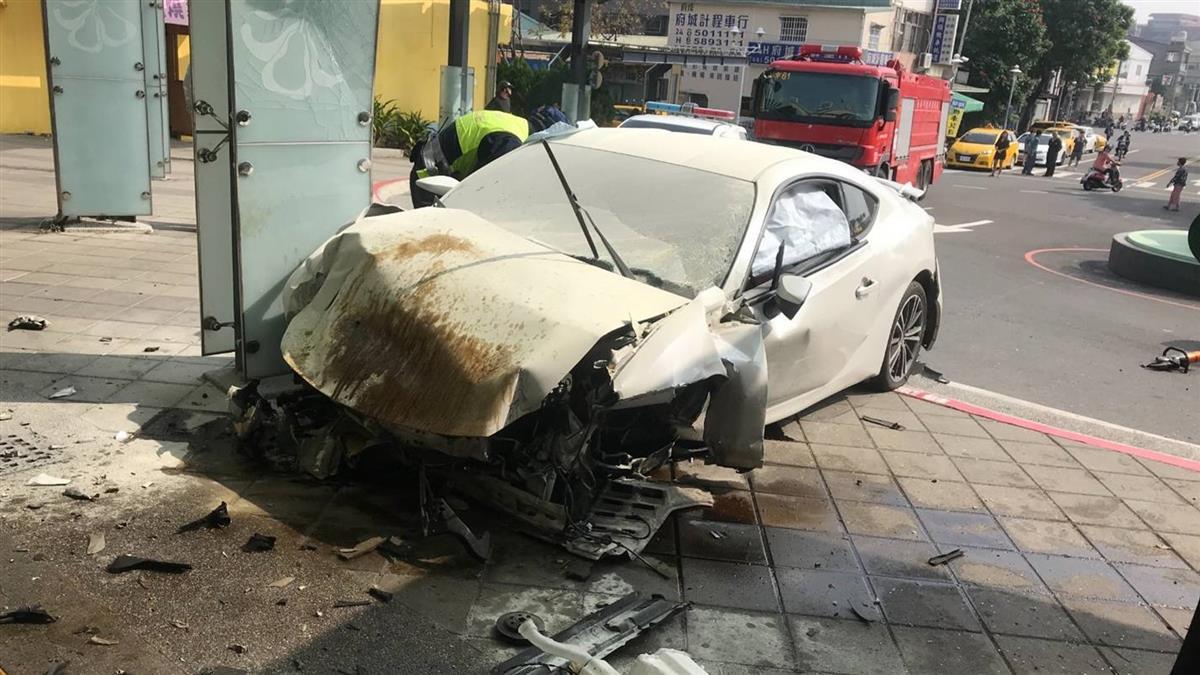轎車失控撞進新市火車站 乘客重傷駕駛命危
