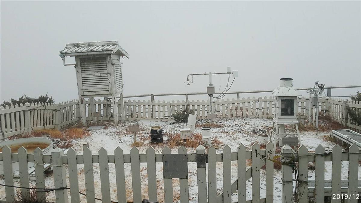 玉山下雪了!雪加霰齊落成銀白世界