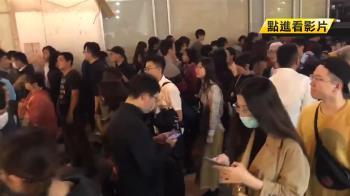 搶領光復高雄貼紙 罷韓民眾人潮多到像跨年