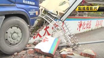 閃違規左轉機車!砂石車撞破廟宇圍牆