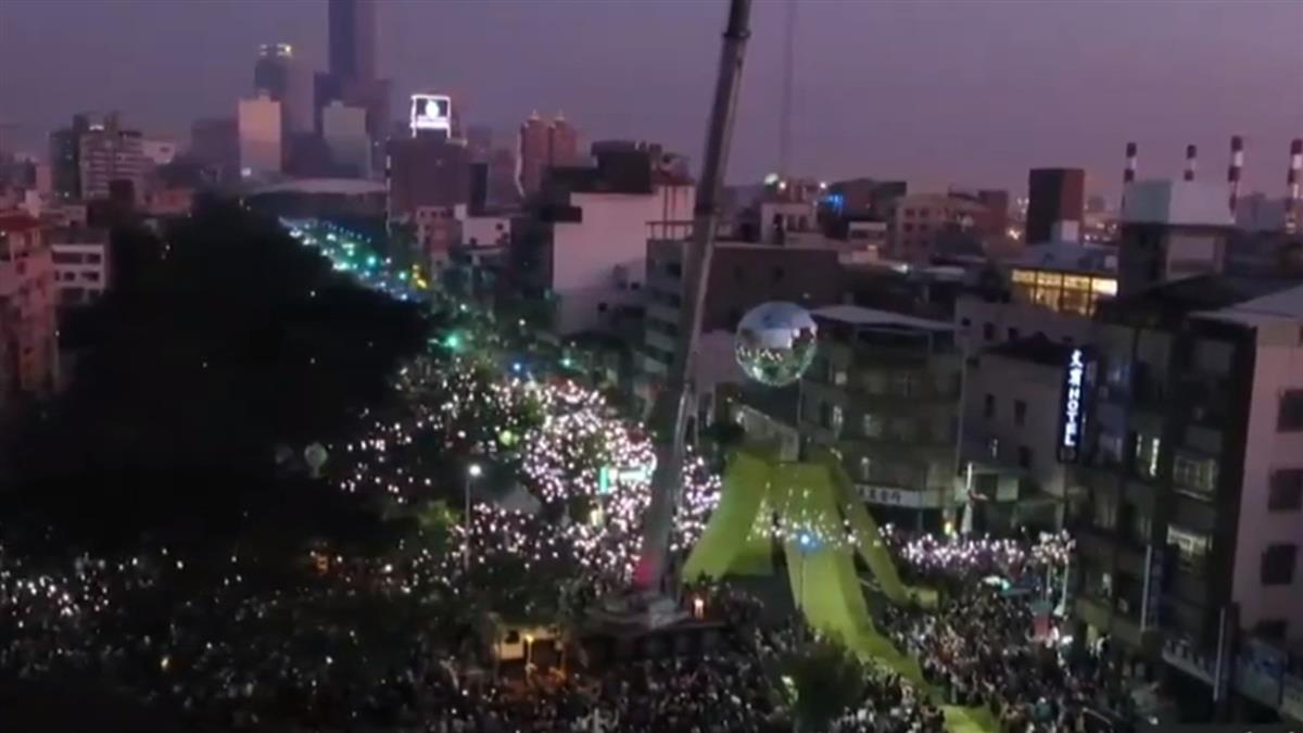 主辦稱50萬人上街罷韓 雷射光點亮5米鏡球