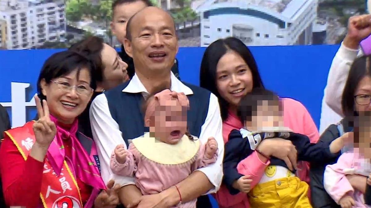 韓國瑜一抱女嬰大哭 網爆:母親沒被告知