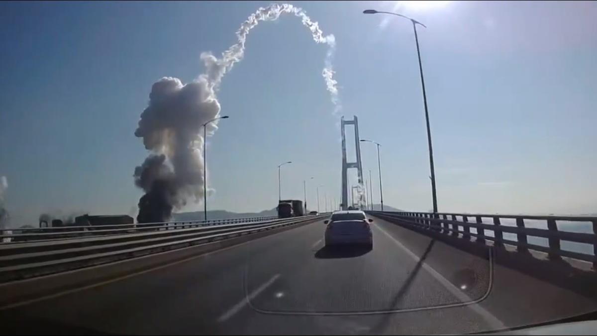 南韓浦項鋼鐵爆炸!100m外橋狂晃 碎片如飛彈發射