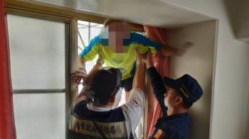 阿伯驚險爬窗離家卡6樓 智警成功救援