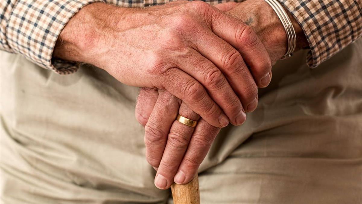 女看護做這事!70歲阿公有反應 阿嬤怒了