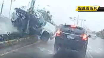 天雨路滑!休旅車撞分隔島 號誌燈被連根拔起