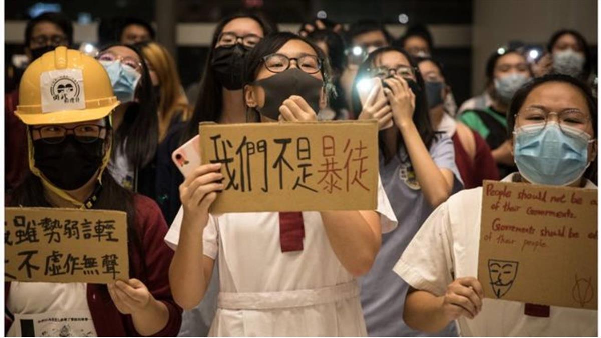 香港示威:教育局長揚言可革職辭退「問題教師」與校長引發爭議