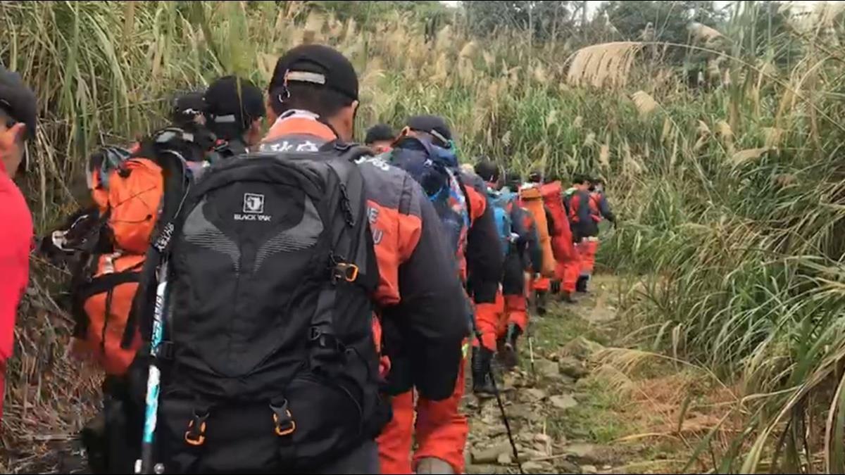 黑鷹13人完整名單曝光 搜救隊徒步3hr前往光點消失處