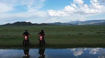 為了讓兒子放下手機,這位加拿大父親帶他騎車騎馬穿越蒙古