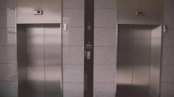 媽帶兒搭電梯急速墜B1嚇壞 廠商:正常現象