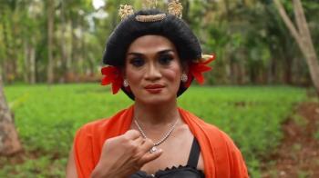 跳女性舞蹈的印尼男舞者