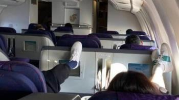 女星搭機抬腳踩螢幕遭罵爆 急發文滅火