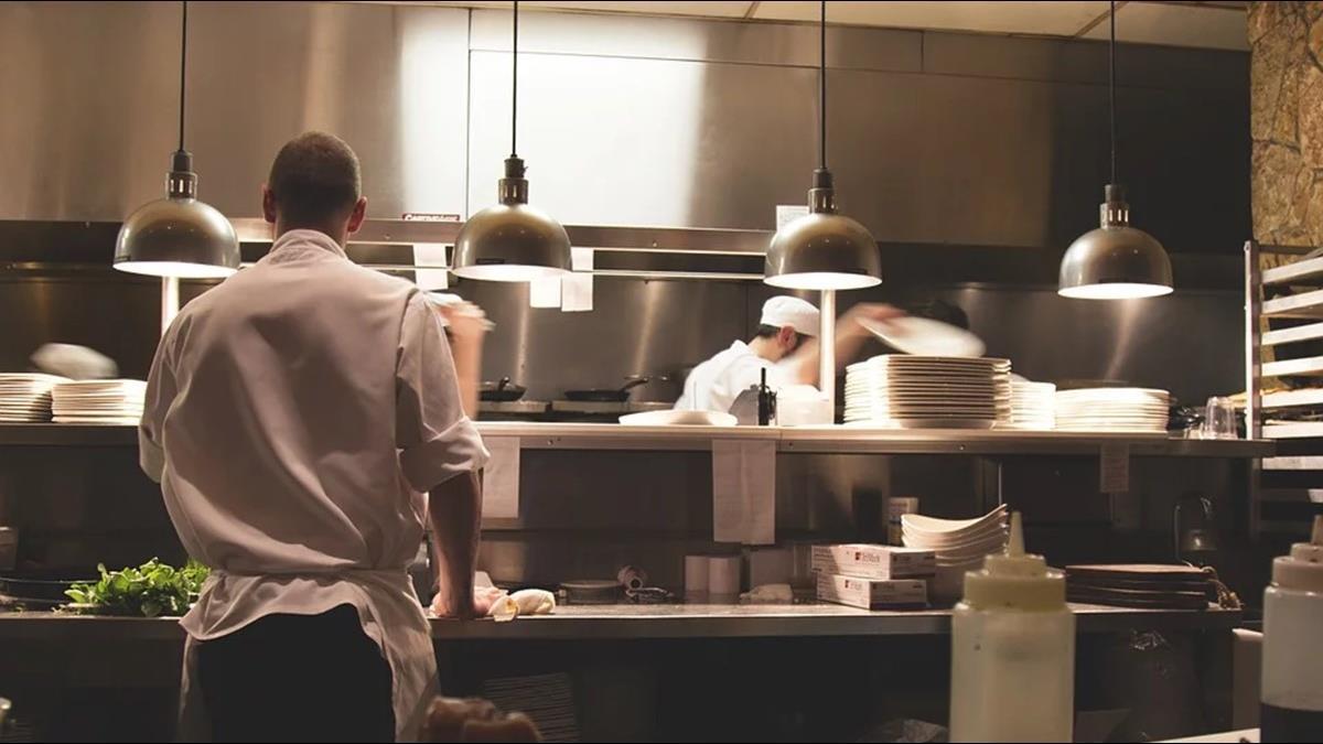 上班2天就離職還討38K薪水!廚師履歷全造假 雇主超傻眼
