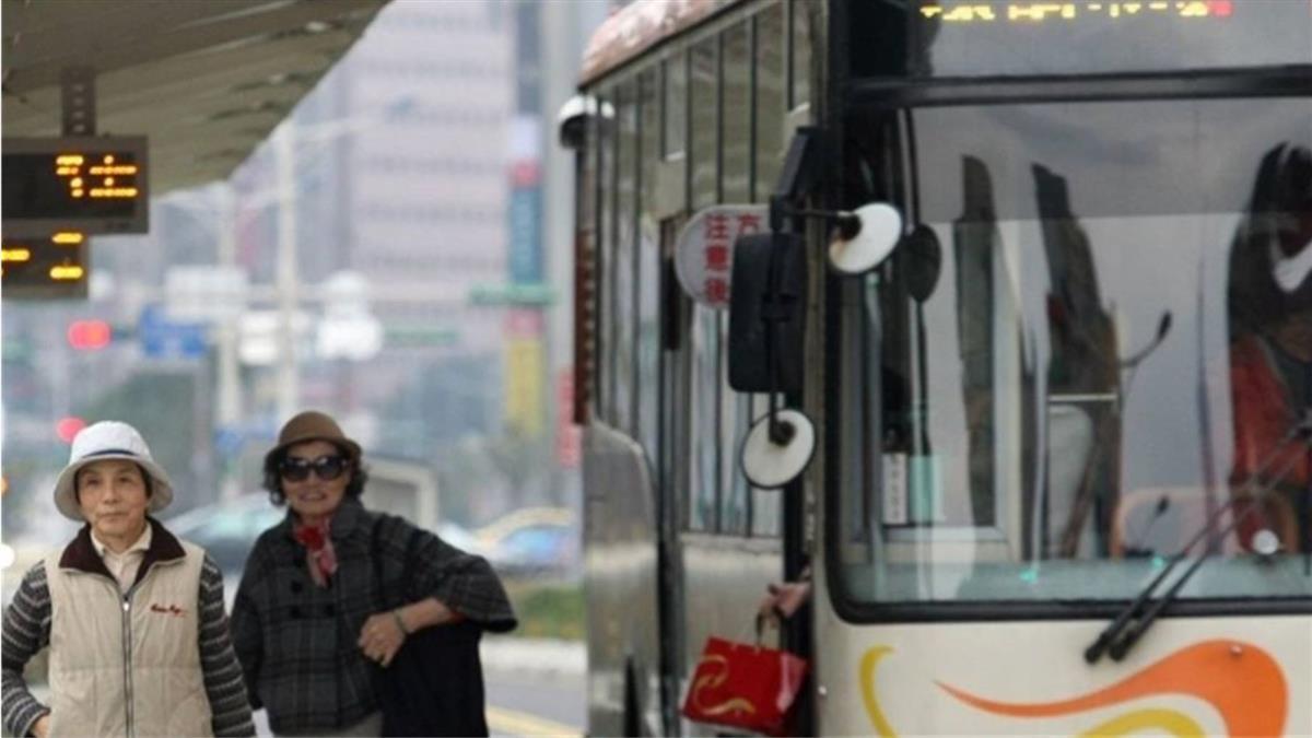 雙北公車2月起沒上下車都刷卡 轉乘優惠就沒了