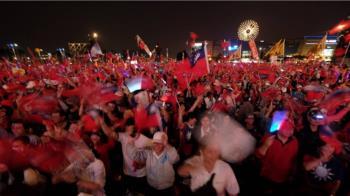 選前之夜韓國瑜回防高雄 夢時代國旗海再現