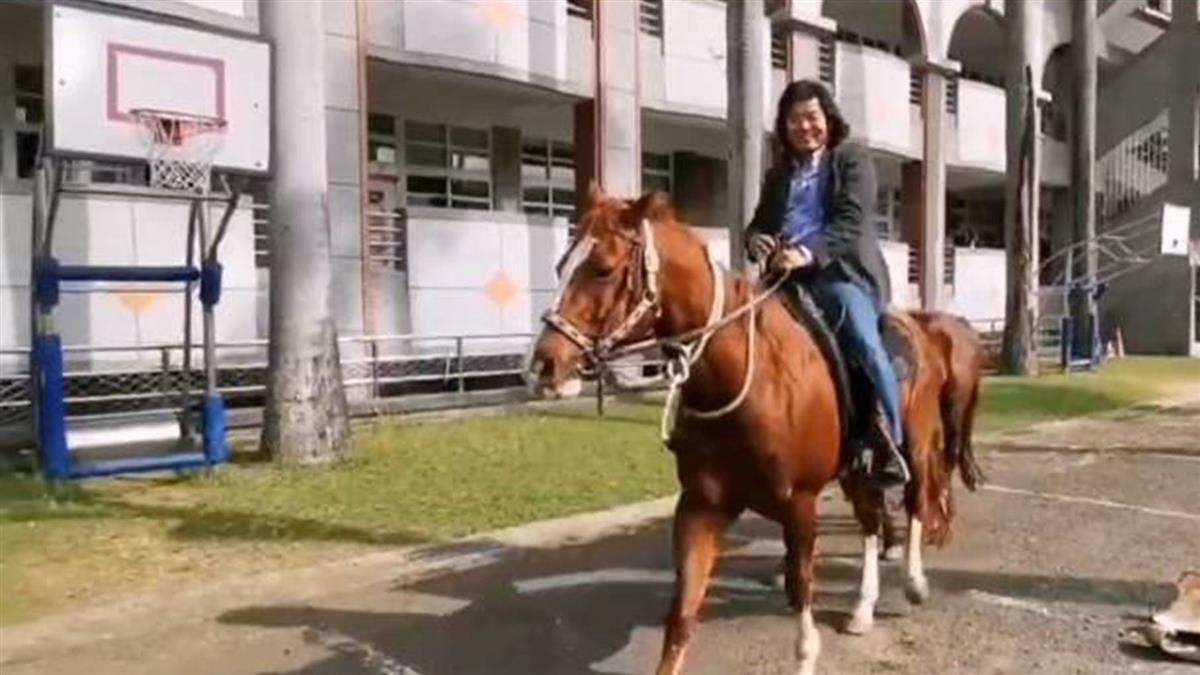 民眾看呆!嘉義男騎馬投票 親吐背後原因