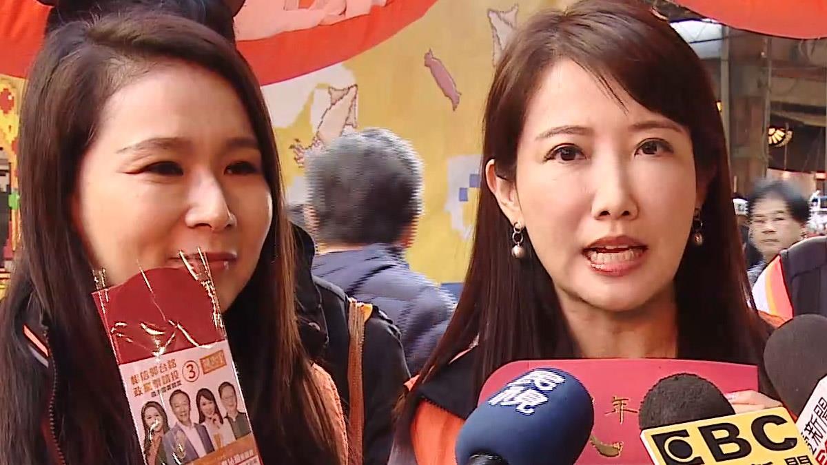 親民黨蔡沁瑜、劉宥彤連袂迪化街拜票 婆媽歡迎