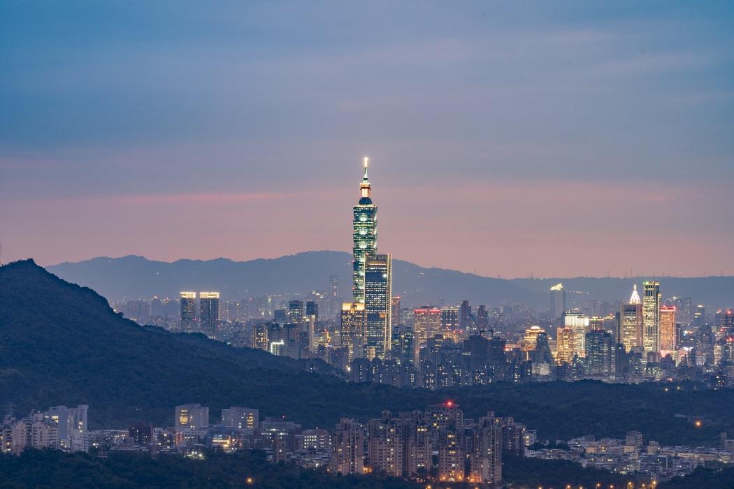 描述: 一張含有 天空, 室外, 城市, 山 的圖片自動產生的描述