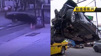500萬捷豹失控撞公車 車頭炸裂近全毀