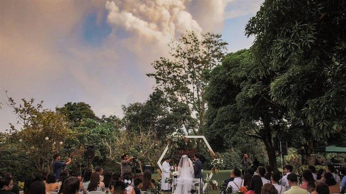 菲律賓:塔爾火山噴發不足懼 一對新人「淡定」完婚