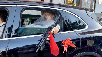 霸氣新娘丟衝鋒槍! 網笑喊:新郎小心