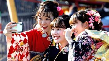 日本迎來令和首個成人節 花季女生爭秀精美和服