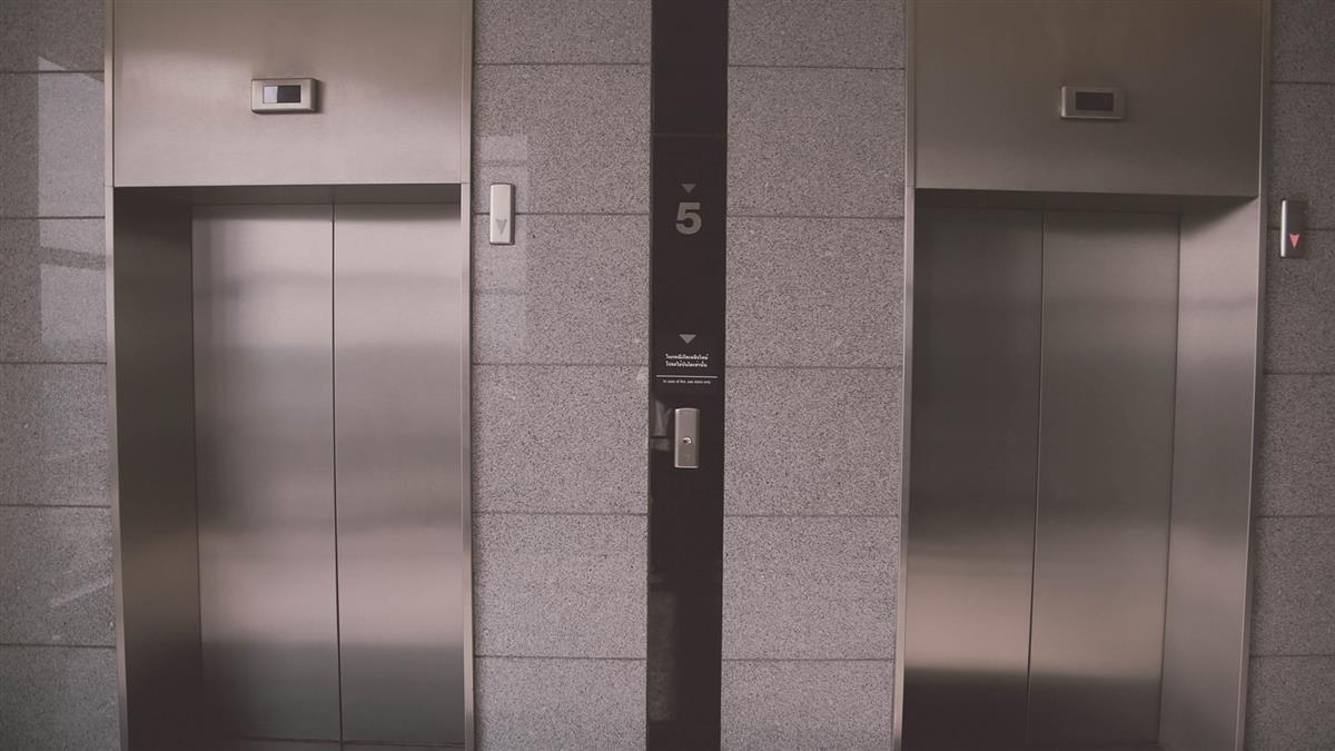 住戶電梯擠痘!鏡子遭膿噴射 管委公告嚇死人