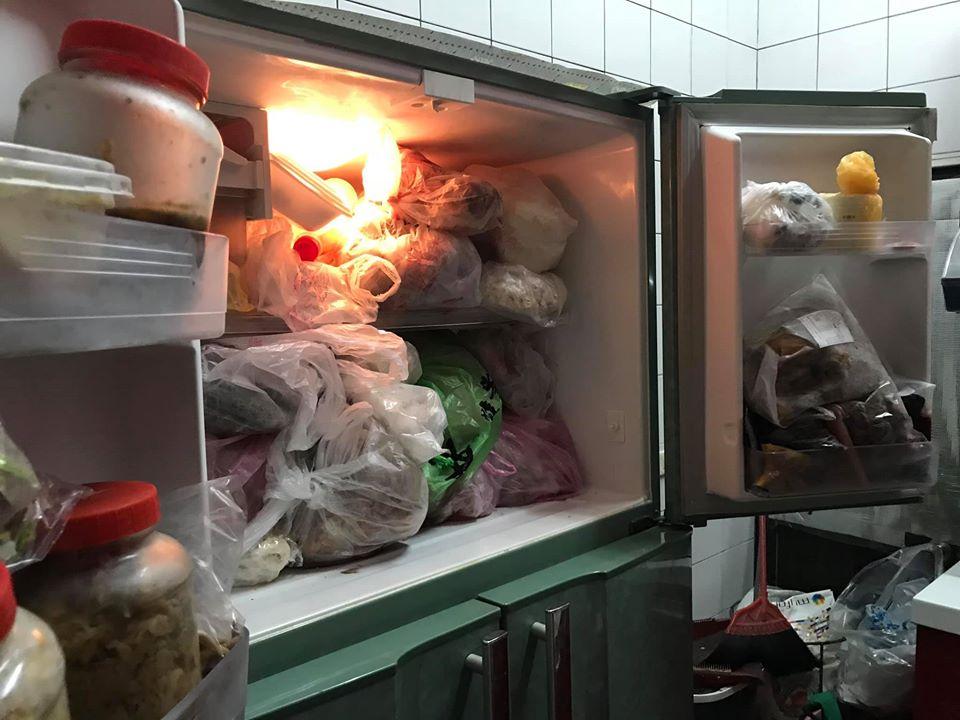 一張含有 室內, 櫃子, 冰箱, 食物 的圖片自動產生的描述