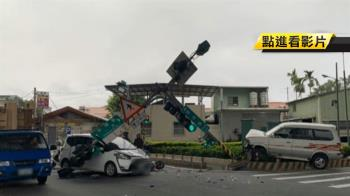 駕駛與機車碰撞 再衝撞號誌燈桿砸轎車