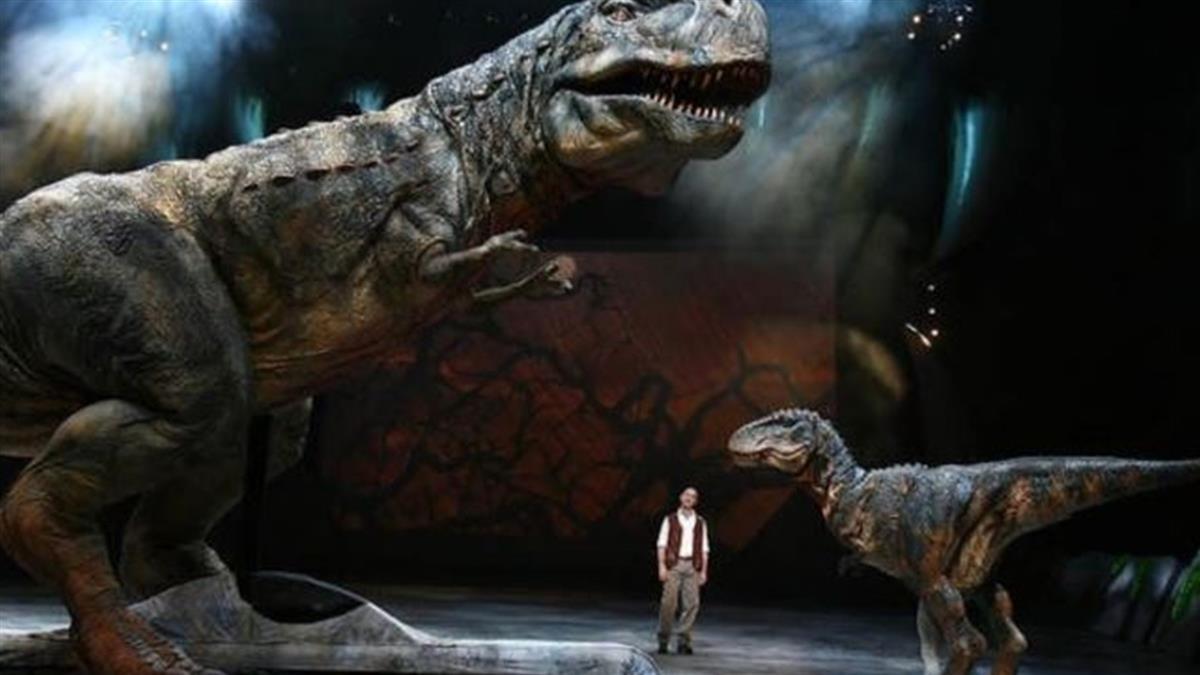 看恐龍秀太入戲弄哭小孩 他遭妻怒甩巴掌
