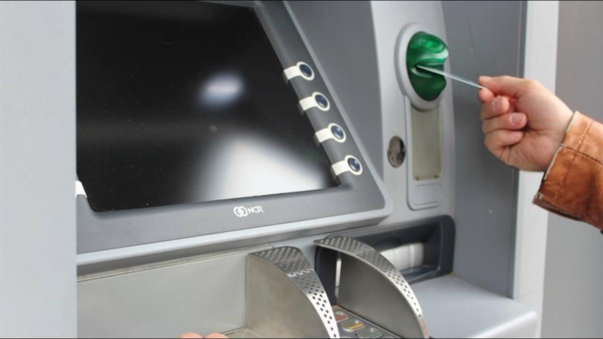 她在ATM前重複存提款 無視排隊人龍 網曝:「根本貪小便宜」