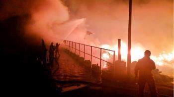 桃園垃圾場深夜大火 濃煙猛竄天際