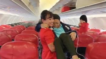 公主抱鼻胃管乘客下機 超暖空姐被讚爆