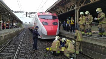 快訊/台鐵台南站傳落軌 8旬翁遭撞卡車底命危