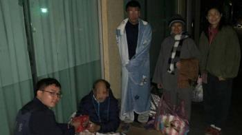 街友天冷露宿街頭 警察結合禪寺寒冬送暖!