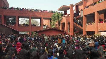 翻牆入校!印度數百男圍困女學生 毆打又性侵