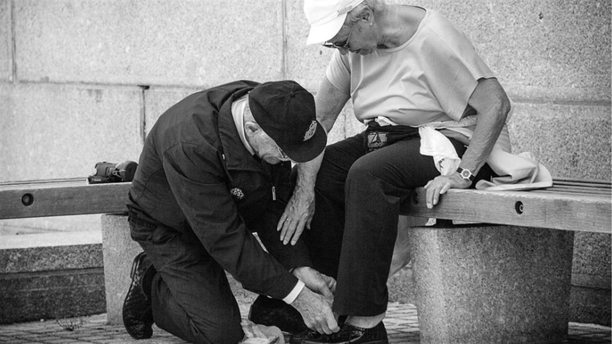 爺爺去世前仍擔心老伴 孫喊:奶奶這輩子我包了
