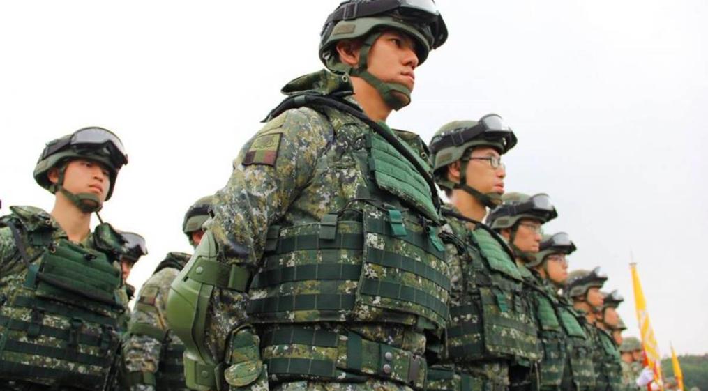 一張含有 軍裝, 個人, 軍事, 天空 的圖片自動產生的描述