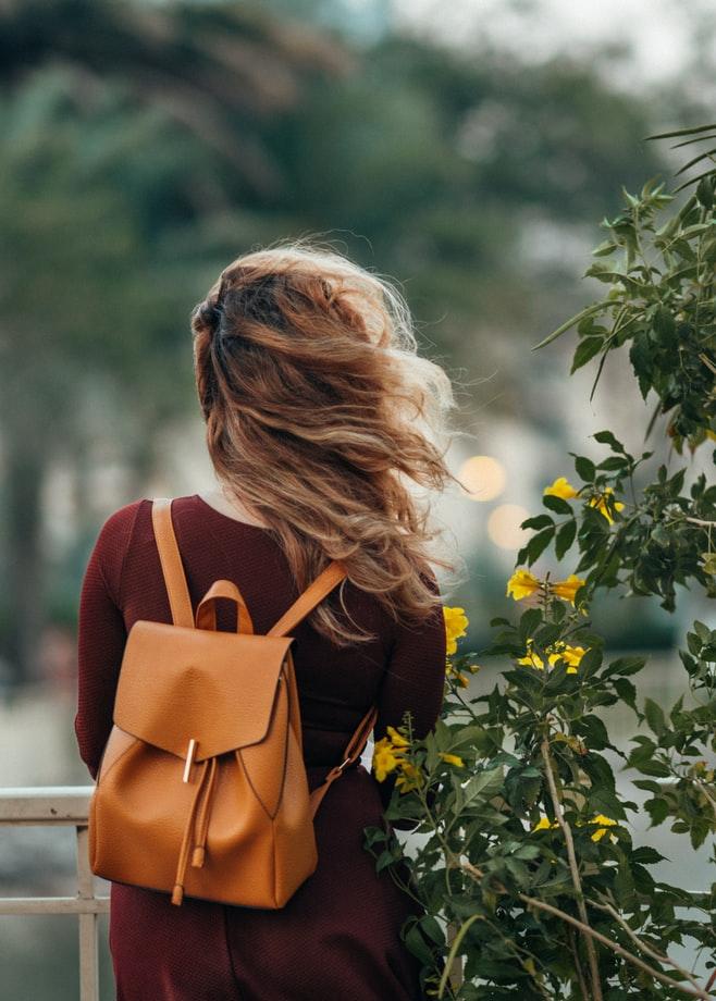 一張含有 樹, 個人, 室外, 女性 的圖片自動產生的描述