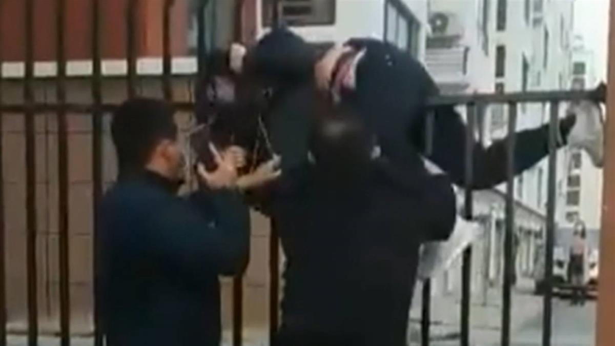 武漢街頭不平靜 女拿刀追人遭丟椅制伏