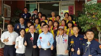 慶祝38國際婦女節 李四川送志工媽媽金莎巧克力花