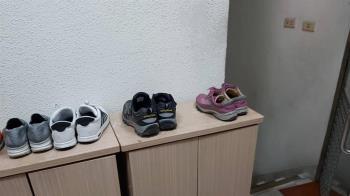 自家鞋櫃頻被鄰居霸佔!她困擾PO文 網狂出奇招