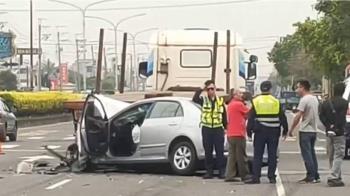 命大!轎車撞拖板車卡車底 車頭全毀駕駛輕傷