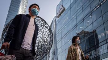 肺炎疫情:中國加強入境管控,大批留學生「組團」回國